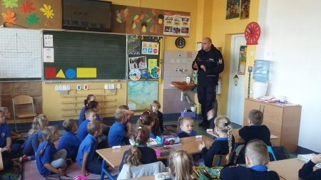 Powspominajmy - spotkanie z policjantem w klasie 1